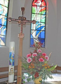 Kreuz und Osterkerze
